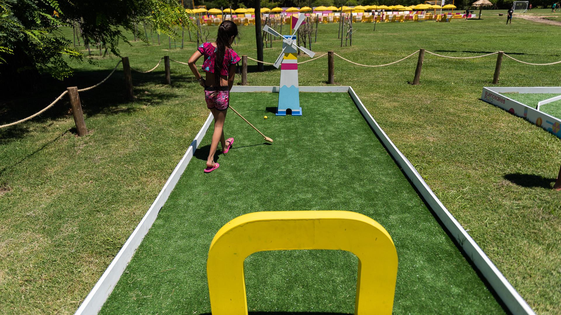 El parque tiene una cancha de mini golf con pasto sintético