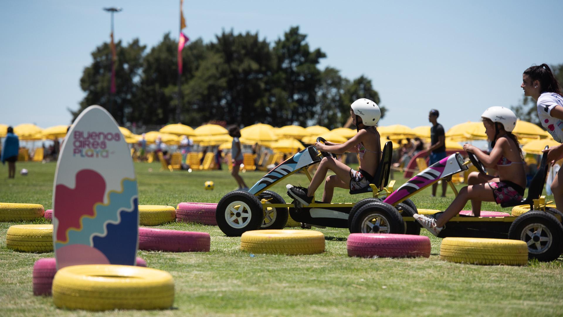 Los chicos también pueden disfrutar paseos en karting e improvisar carreras en las pistas