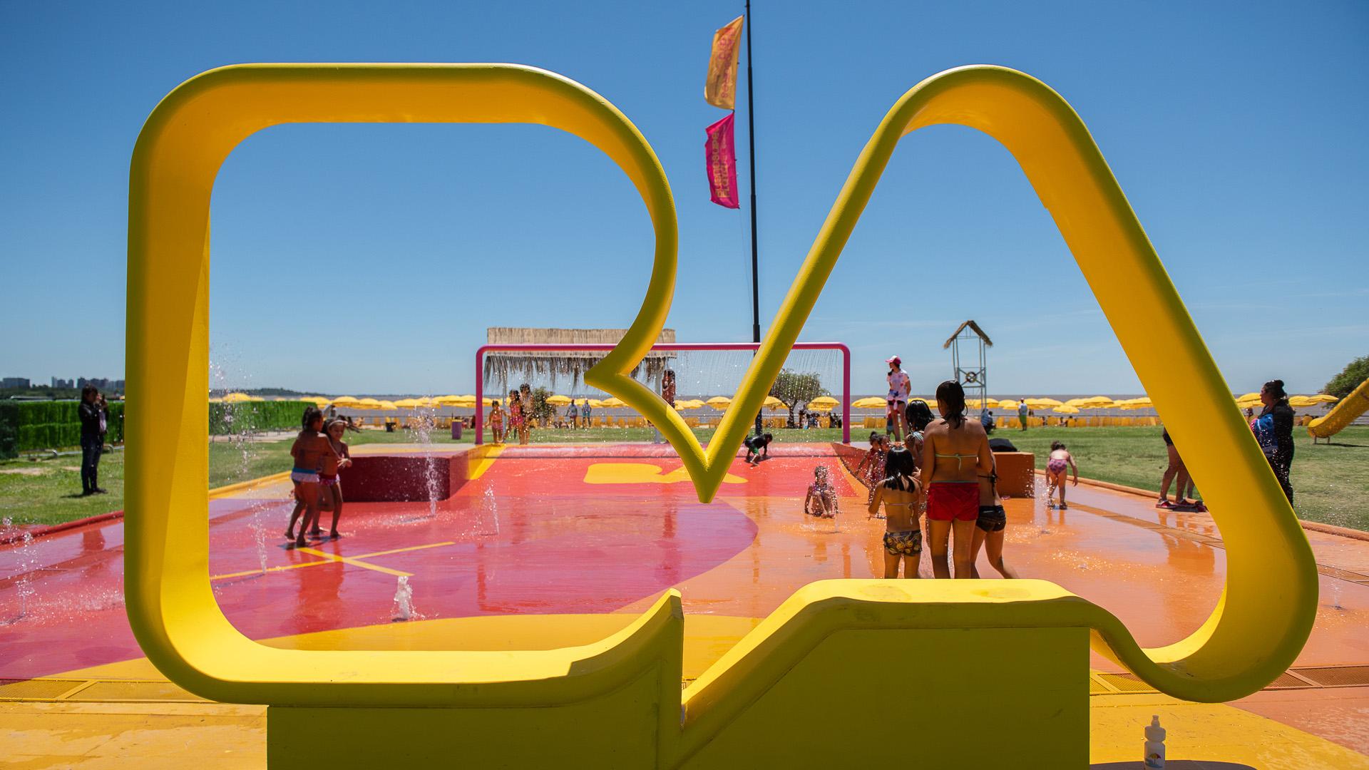 Las instalaciones cuentan con arena, sombrillas, reposeras, duchas, juegos con agua, inflables para chicos de distintas edades