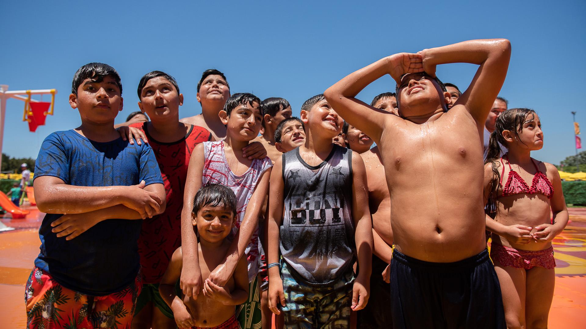 Amigos de colegio o del barrio se organizan en grupos para concurrir a las playas públicas