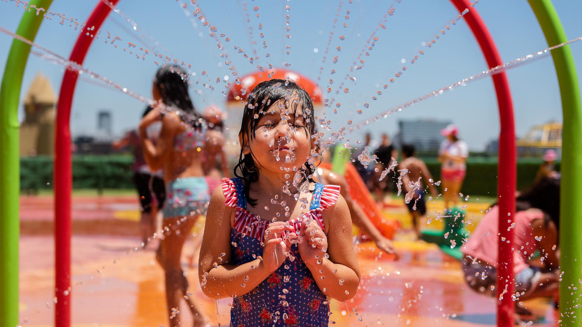 La playa posee juegos con agua para que los chicos se refresquen del calor