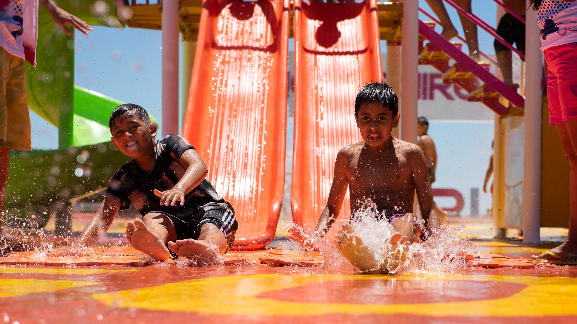 La plaza mojada permite que los chicos se deslicen por toboganes regados por agua