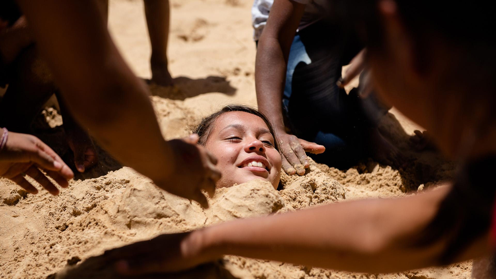 Los chicos se entretienenhaciendo castillos de arena o enterrando a sus amigos