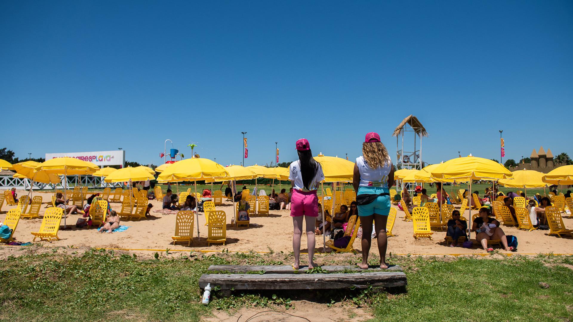 Las playas tienen cuidadores que garantizan la seguridad de las familias