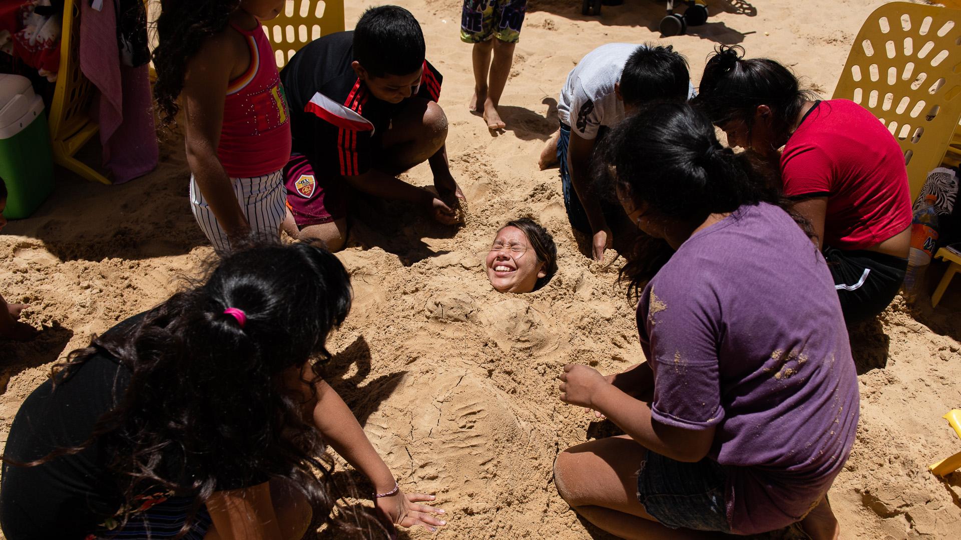 Los chicos disfrutan a pleno sol improvisando con juegos típicos de playa