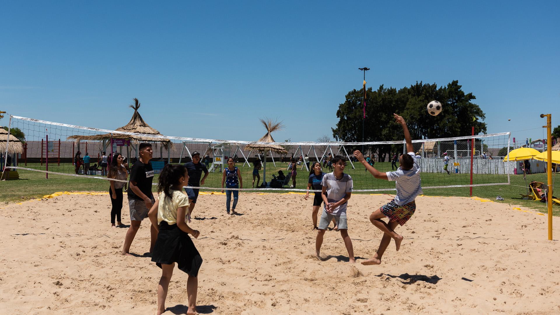 Durante toda la jornada, los jóvenes se entretienen jugando partidos de beach voley