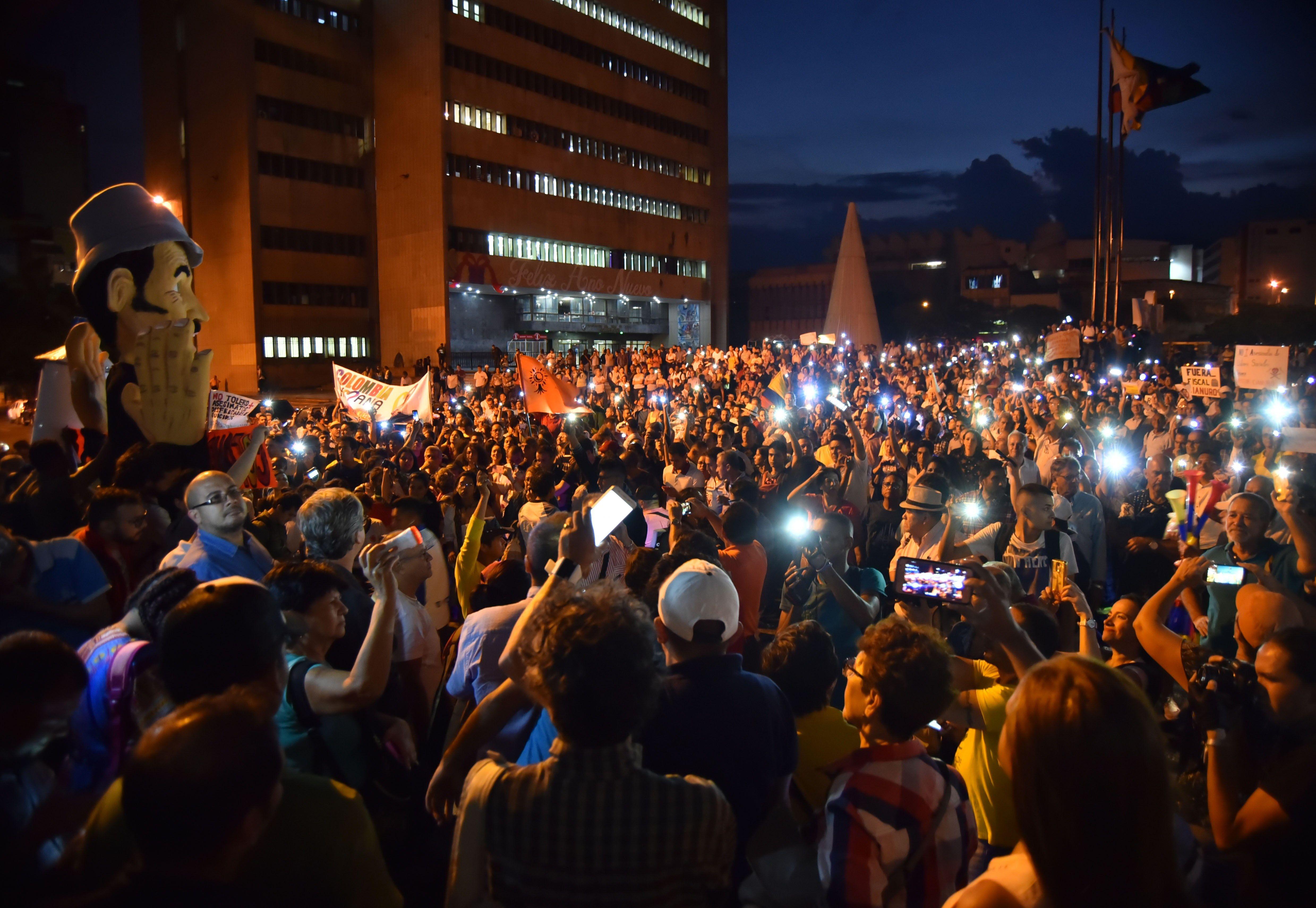Cientos de manifestantes participaron de una protesta para exigir la renuncia del fiscal general de Colombia, Néstor Humberto Martínez, por el escándalo de corrupción de Odebrecht. (EFE/ Ernesto Guzman)