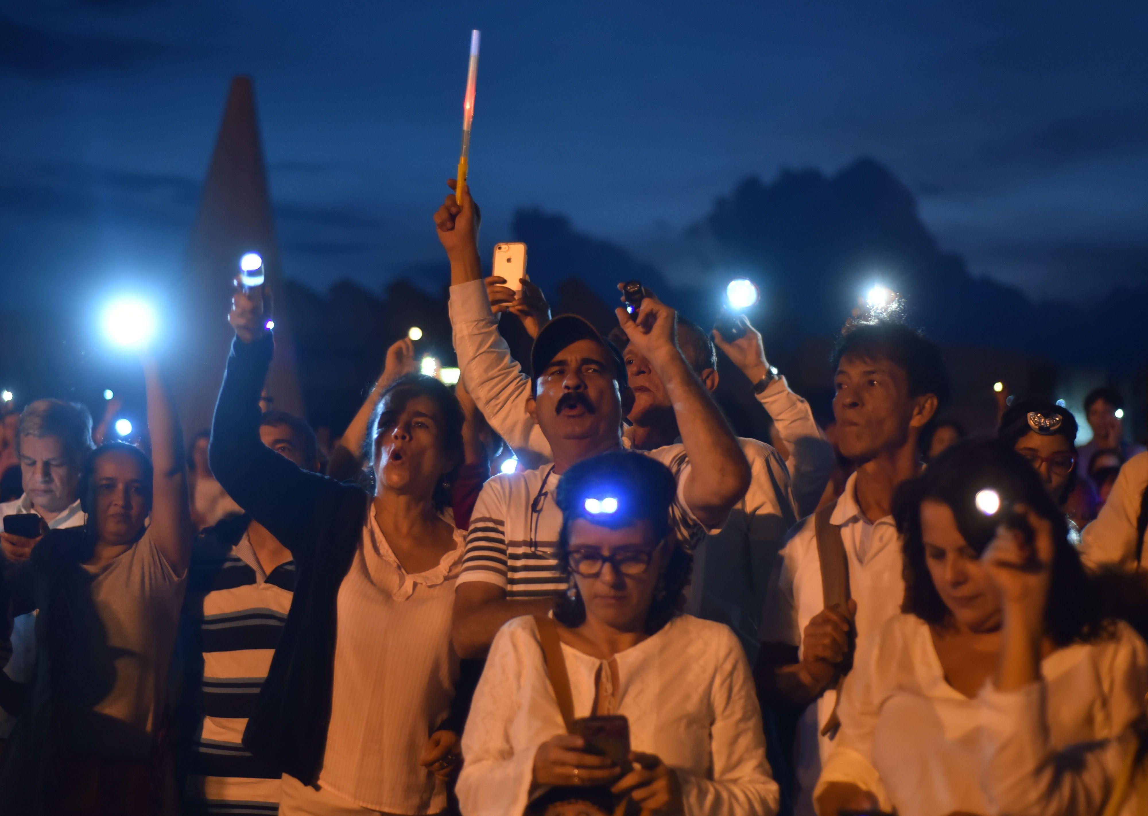 Cientos de manifestantes enuna protesta para exigir la renuncia del fiscal general de Colombia, Néstor Humberto Martínez, por el escándalo de corrupción de Odebrecht. (EFE/ Ernesto Guzman Jr)