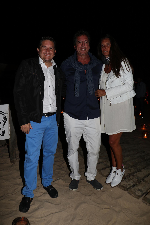 Gastón Corral junto al vocero presidencial, Iván Pavlovsky, y su mujer