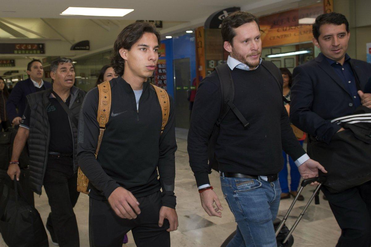 Diego Lainez llegando al aeropuerto de Ciudad de México previo a su partida a España (Foto: Twitter)