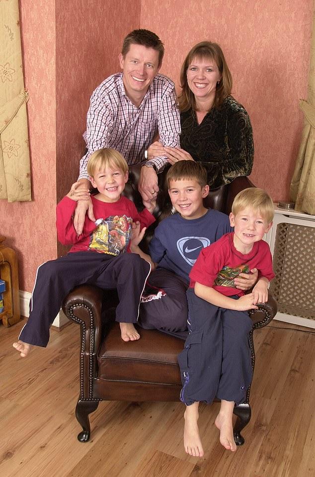 Mason con su ex esposa e hijos.