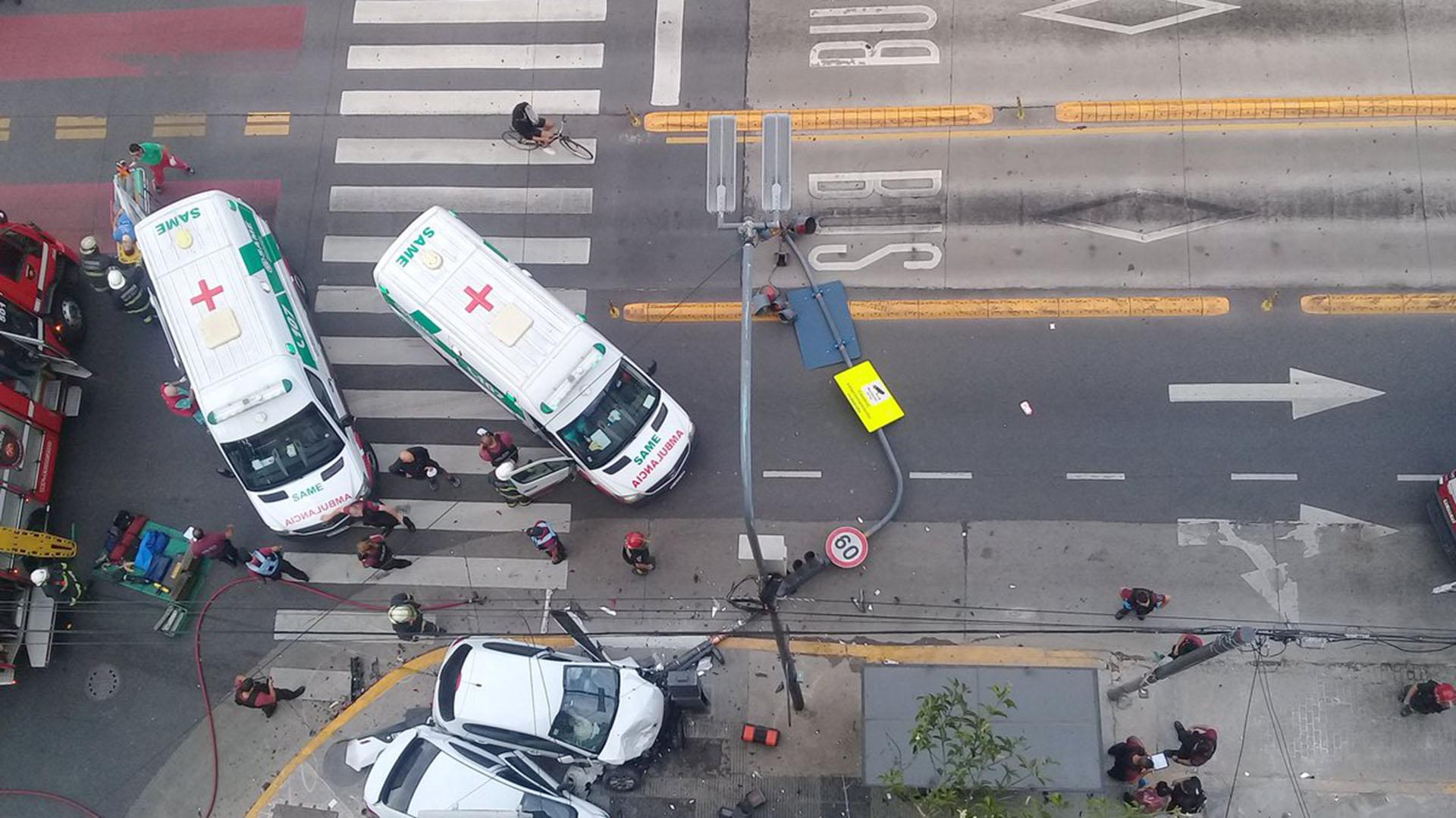Uno de los auto derribó un semáforo (@Marluna84031249)