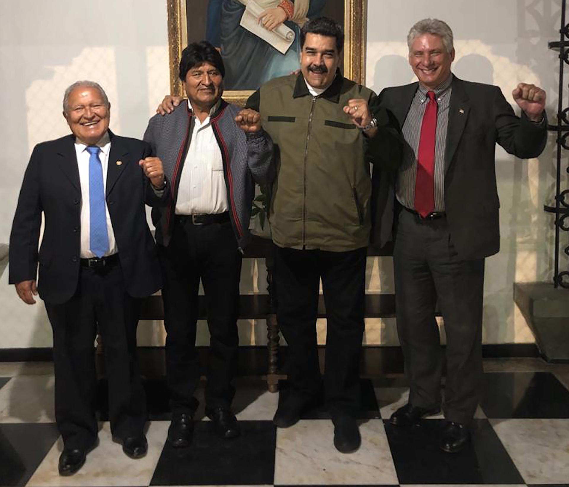 """Nicolás Maduro junto a los presidentes de El Salvador, Bolivia y Cuba. """"Por lo menos logró que fueran tres así armaban un partido de Truco"""", dice un mozo argentino que trabajó días atrás en el velorio, perdón, en la asunción del Dictador venezolano."""