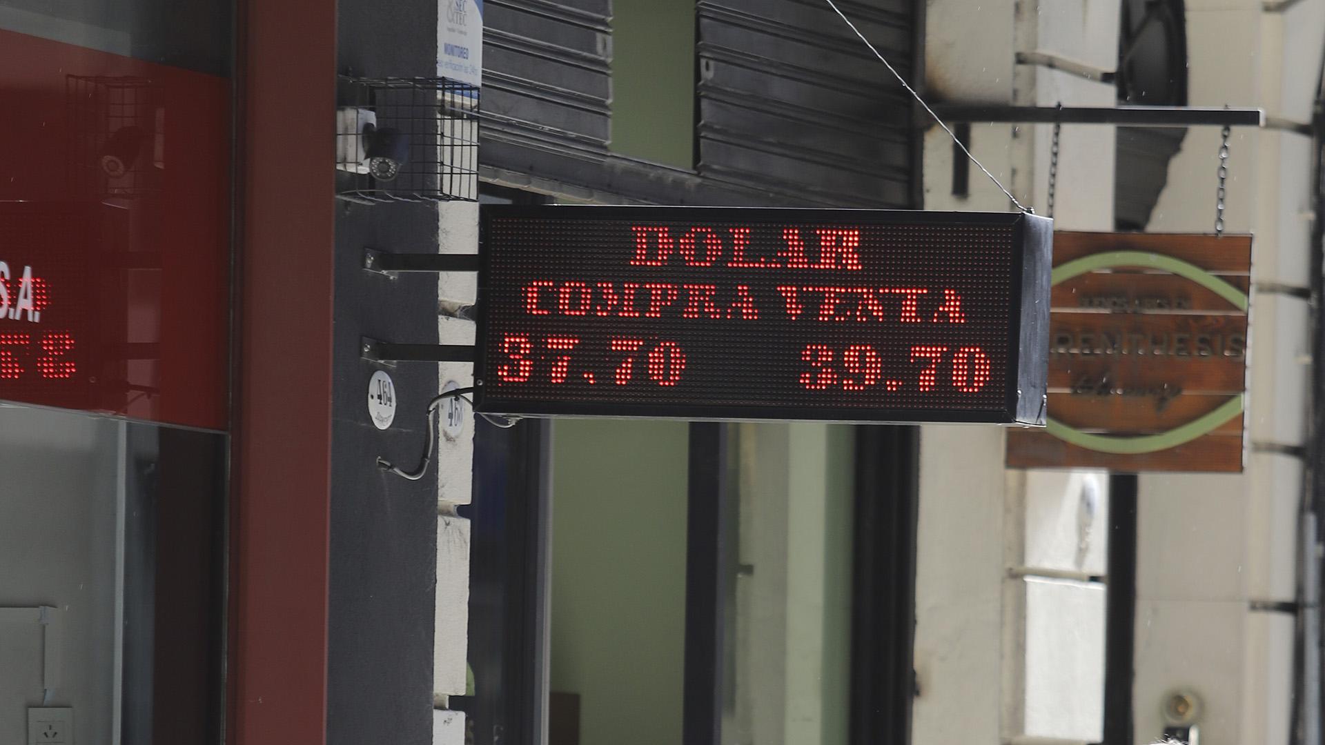 El dólar, en el piso de la banda de flotación (Foto NA)