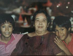 Julián Castro acompañado por su abuela Victoria y su hermano gemelo, Joaquín (Página oficial)