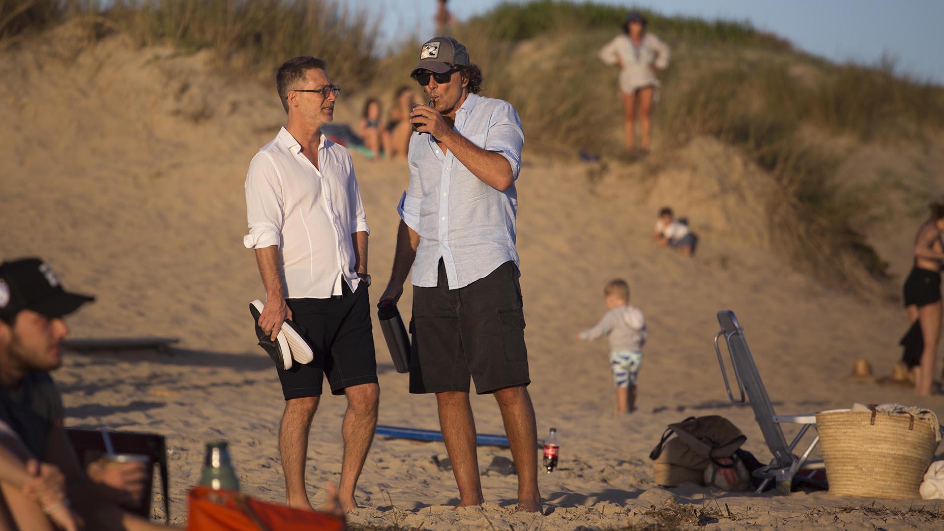 Adrián Suar y Gustavo Bermúdez, en las playas de Punta del Este (GM Press)