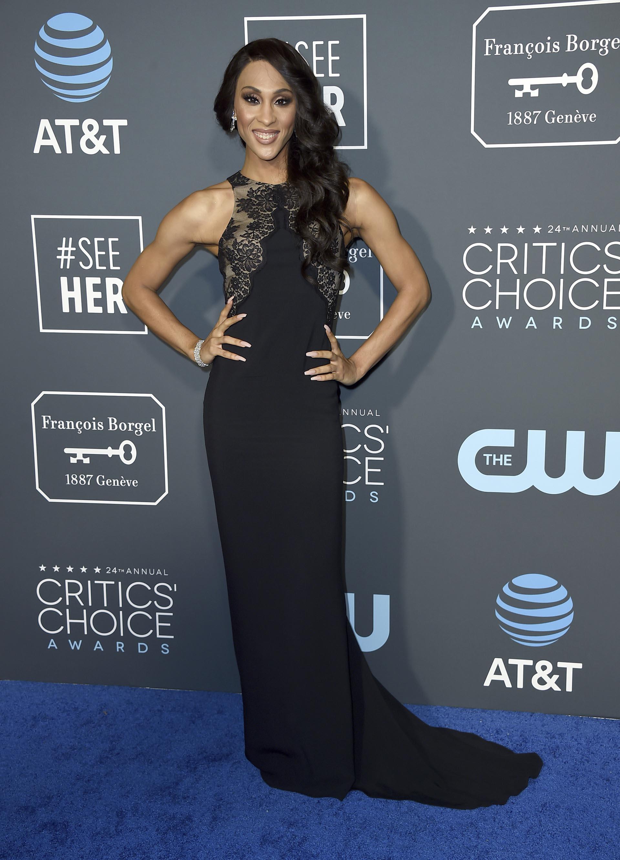 Mj Rodriguez, sin errores. apostando a lo seguro. Eligió un vestido sirena, negro al cuerpo con detalles de encaje en el torso con cuello halter. Completó el look con un brazalete de brillantes y pequeños aros