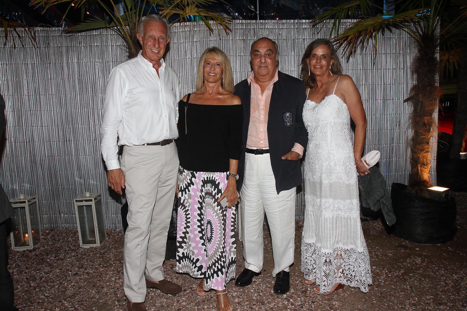 Jorge Neuss y Jorge Aufiero junto a sus mujeres, Silvia Saravia de Neuss y Mónica Balestrini de Aufiero