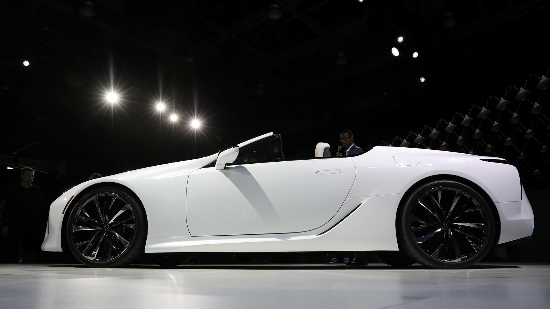 El concepto de Lexus LC convertible se presenta durante un evento en el North American International Auto Show en Detroit, Michigan.(Reuters)