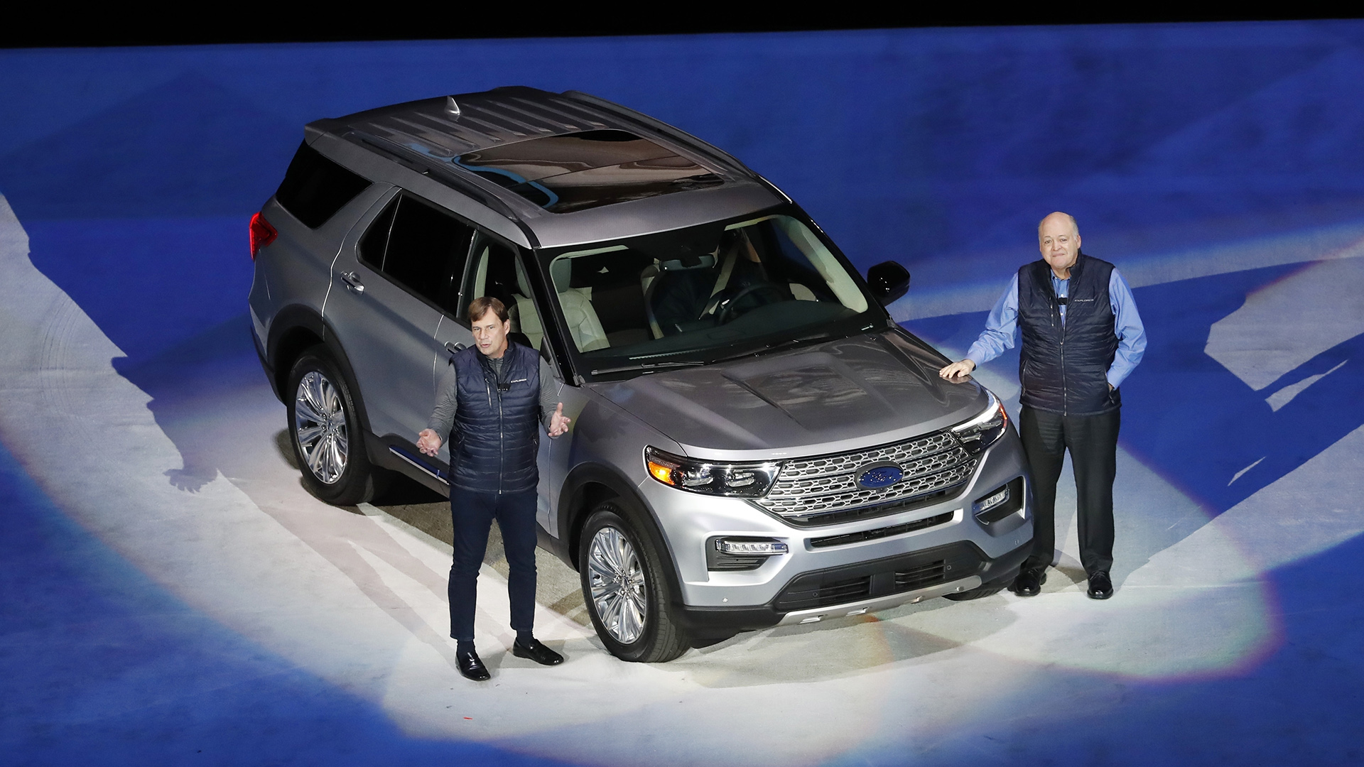 El presidente de Mercados Globales de Ford, Jim Farley, a la izquierda, y el presidente y director ejecutivo, Jim Hackett, junto al rediseñado Ford Explorer 2020 durante su presentación, en Detroit. (AP)