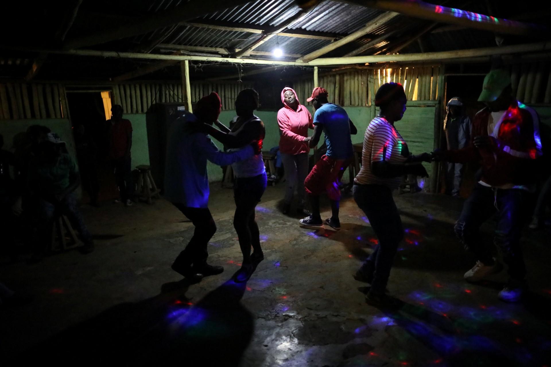 Los residentes bailan en un bar en Boucan Ferdinand, Haití, el 8 de abril de 2018. La noche del domingo es el único momento en que el bar está abierto y los residentes se reúnen allí para socializar y bailar.