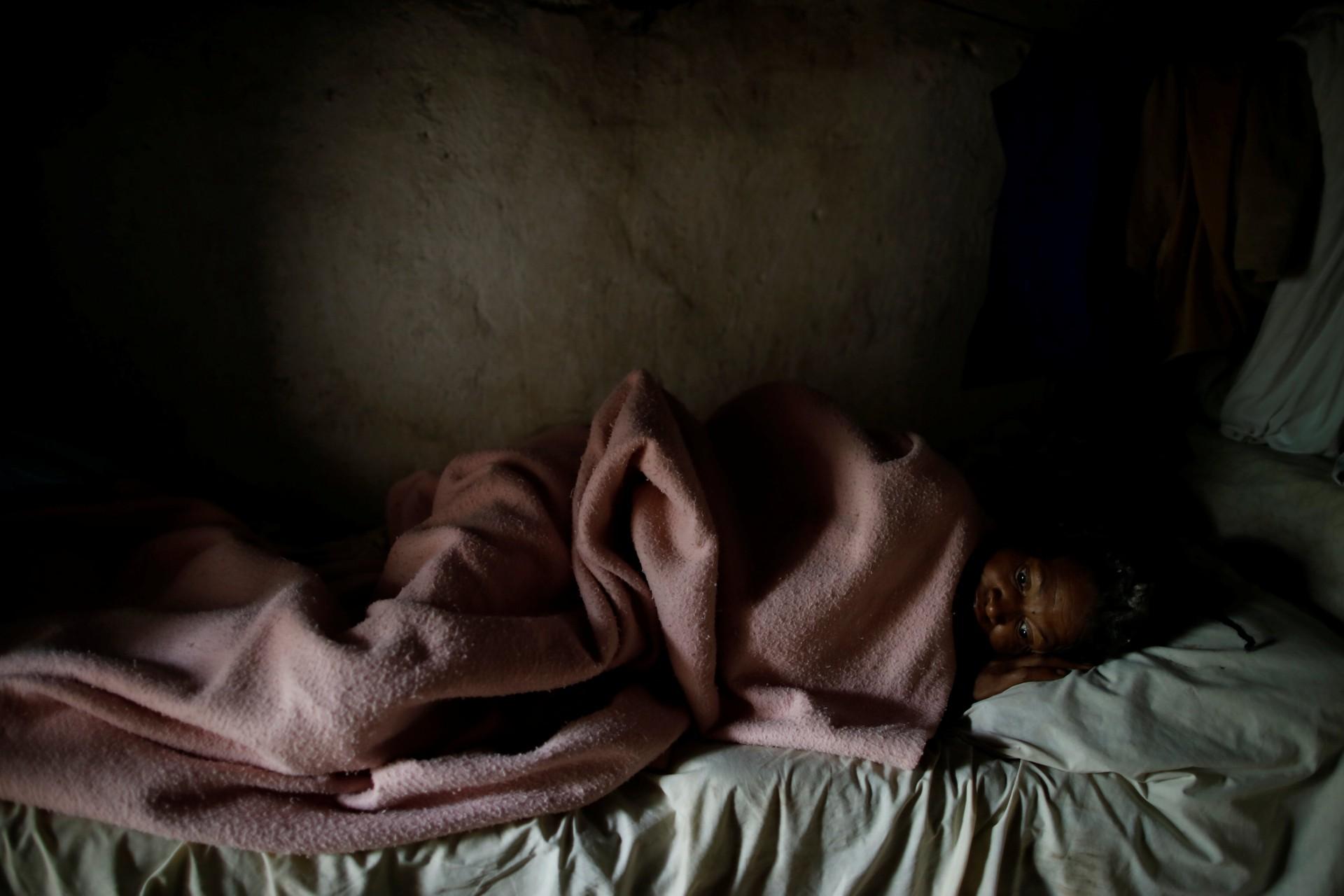 Aurana Augustin, conocida como Timatant, una vendedora, descansa en una cama en Boucan Ferdinand, Haití, 10 de octubre de 2018.