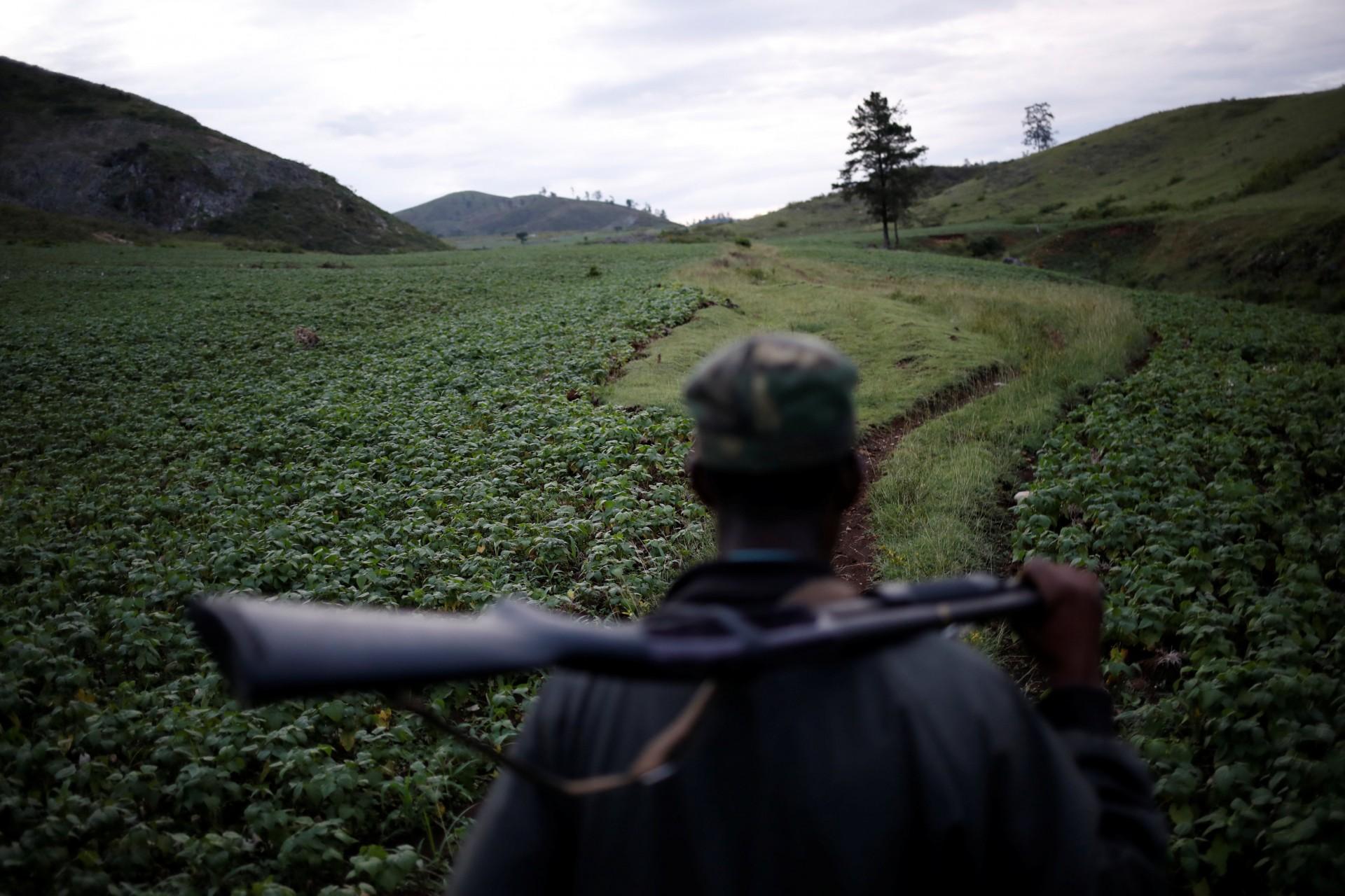 Benjamens St. Pierre lleva una escopeta mientras patrulla la frontera entre Haití y República Dominicana en busca de personas que traigan carbón de contrabando, en la provincia de Independencia, República Dominicana, 3 de octubre de 2018.