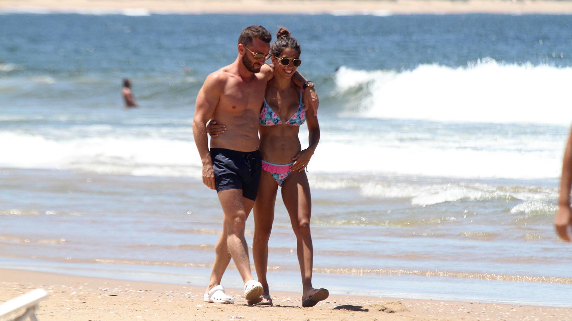 """Cinthia Fernández y Matías Baclini pasearon muy enamorados por la playas uruguayas. La bailarina está trabajando como panelista de """"Los ángeles de la mañana"""" (GM Press)"""
