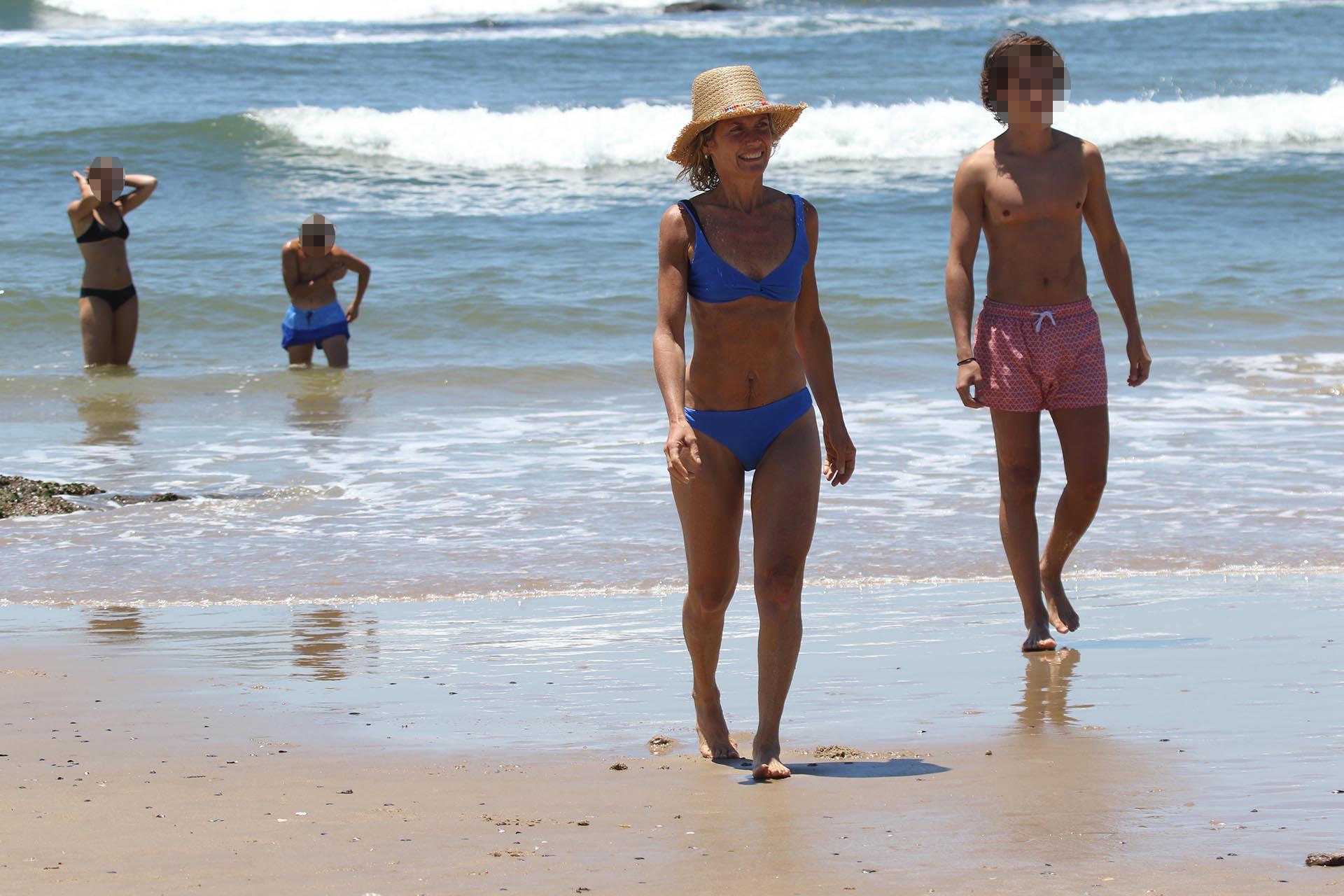 Maru lució una bikini azul y un sombrero