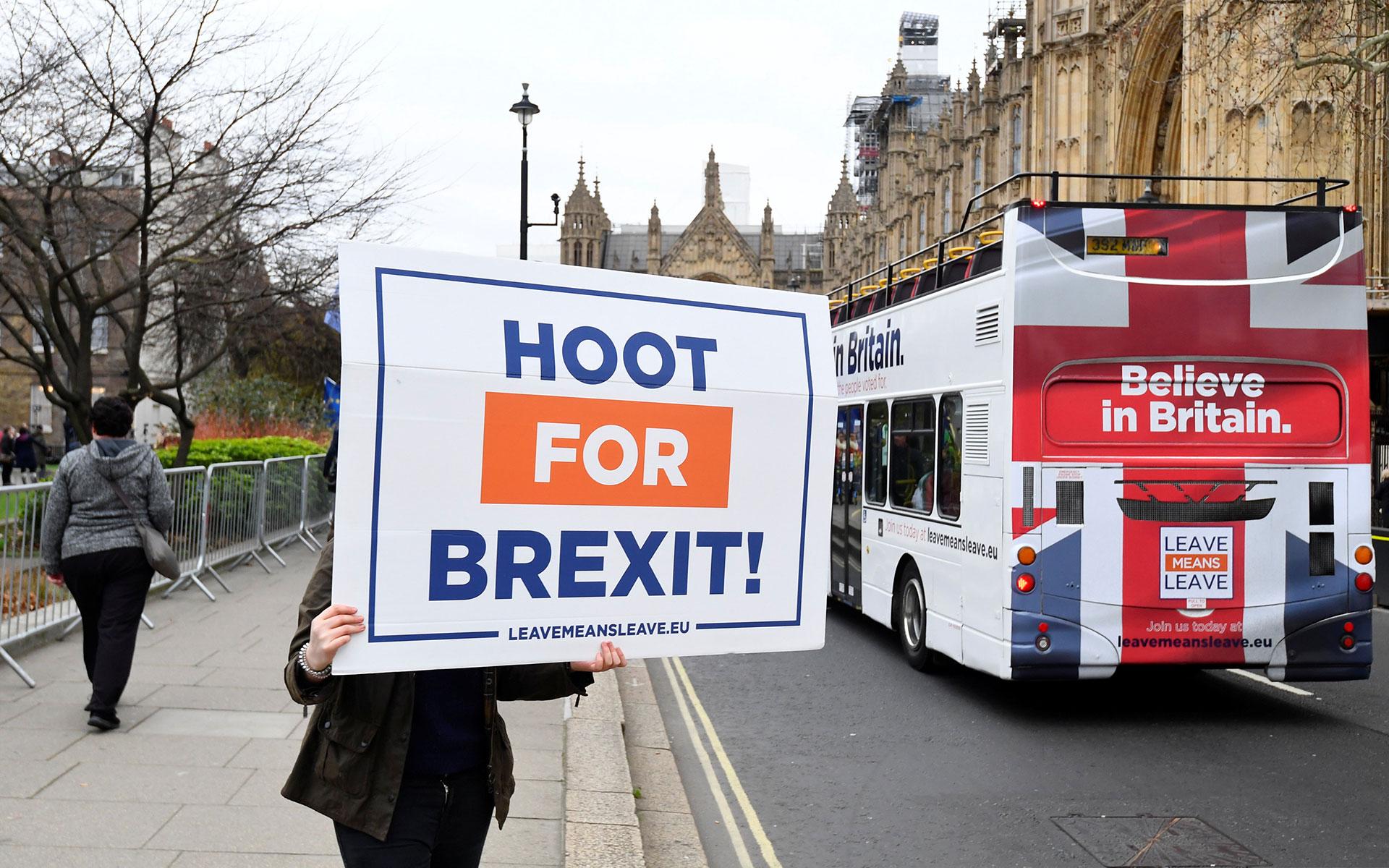 Un manifestante pro-Brexit sostiene un cartel diciendo: '¡Toquen la bocina por Brexit!' (Reuters)