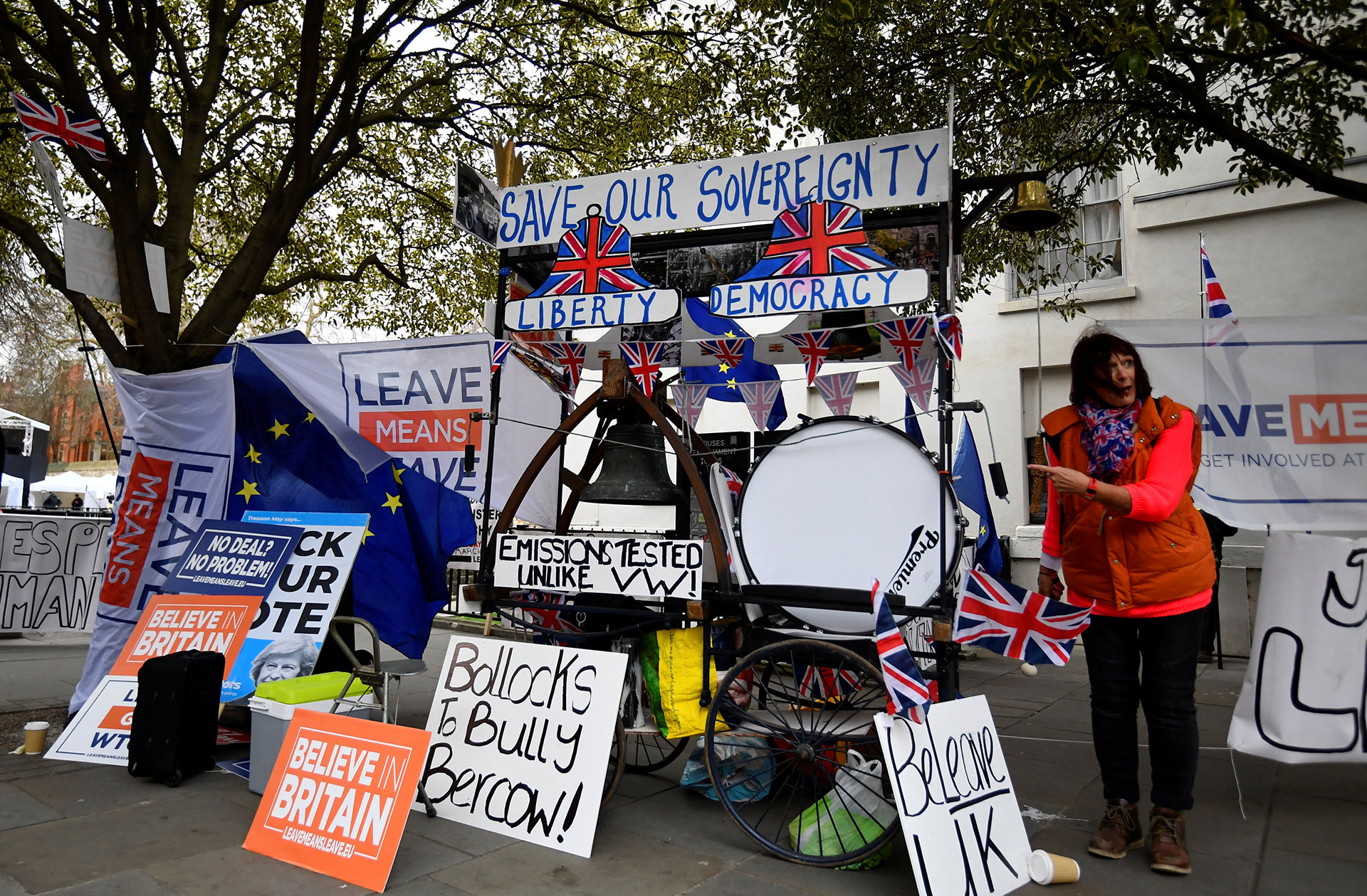 Un manifestante pro-Brexit toca la batería frente a las Casas del Parlamento en Londres, Gran Bretaña, el 15 de enero de 2019. (Reuters)