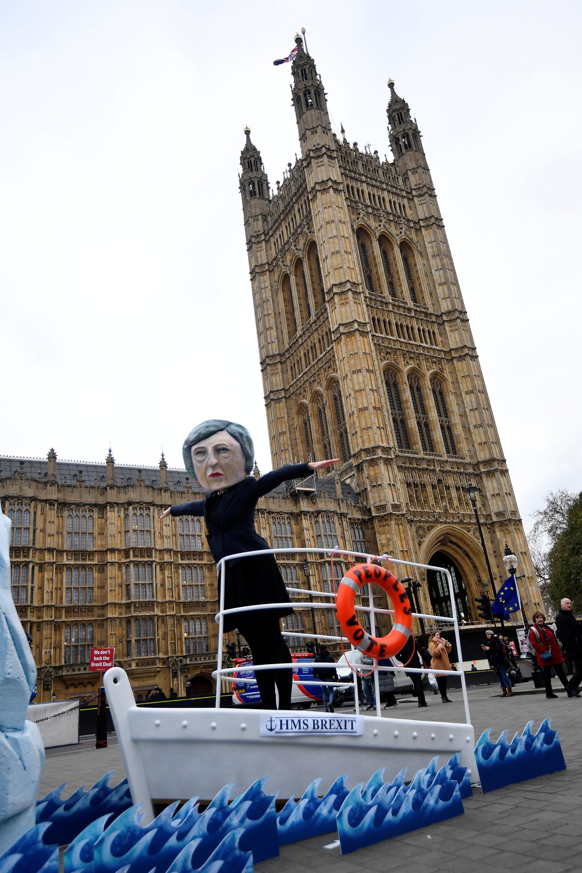 Activistas anti-Brexit del grupo de activismo global Avaaz participan en una manifestación con un simulacro de Titanic, ante el parlamento de Westminster en Londres, Gran Bretaña, el 15 de enero de 2019. (Reuters)