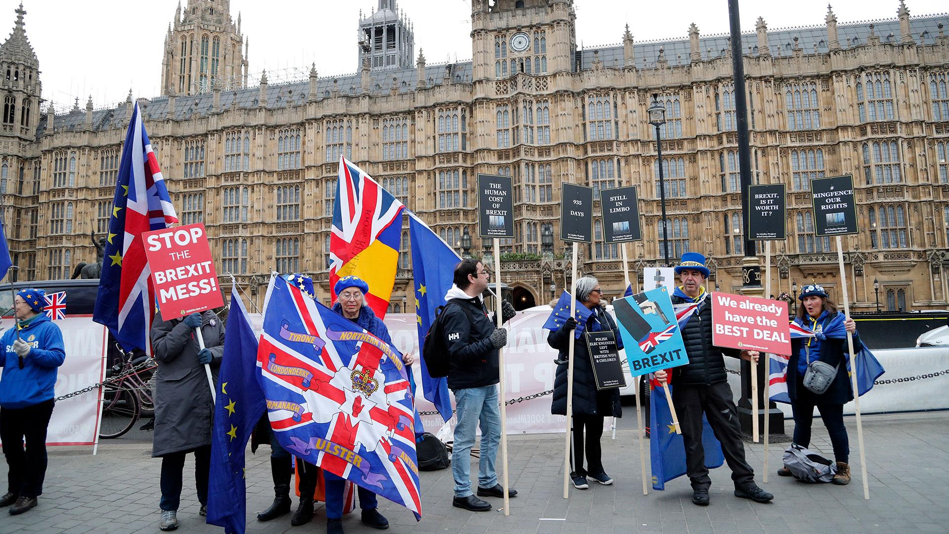 Manifestantes pro-europeos protestan frente a las Cámaras del Parlamento en Londres, el martes 15 de enero de 2019. (AP)