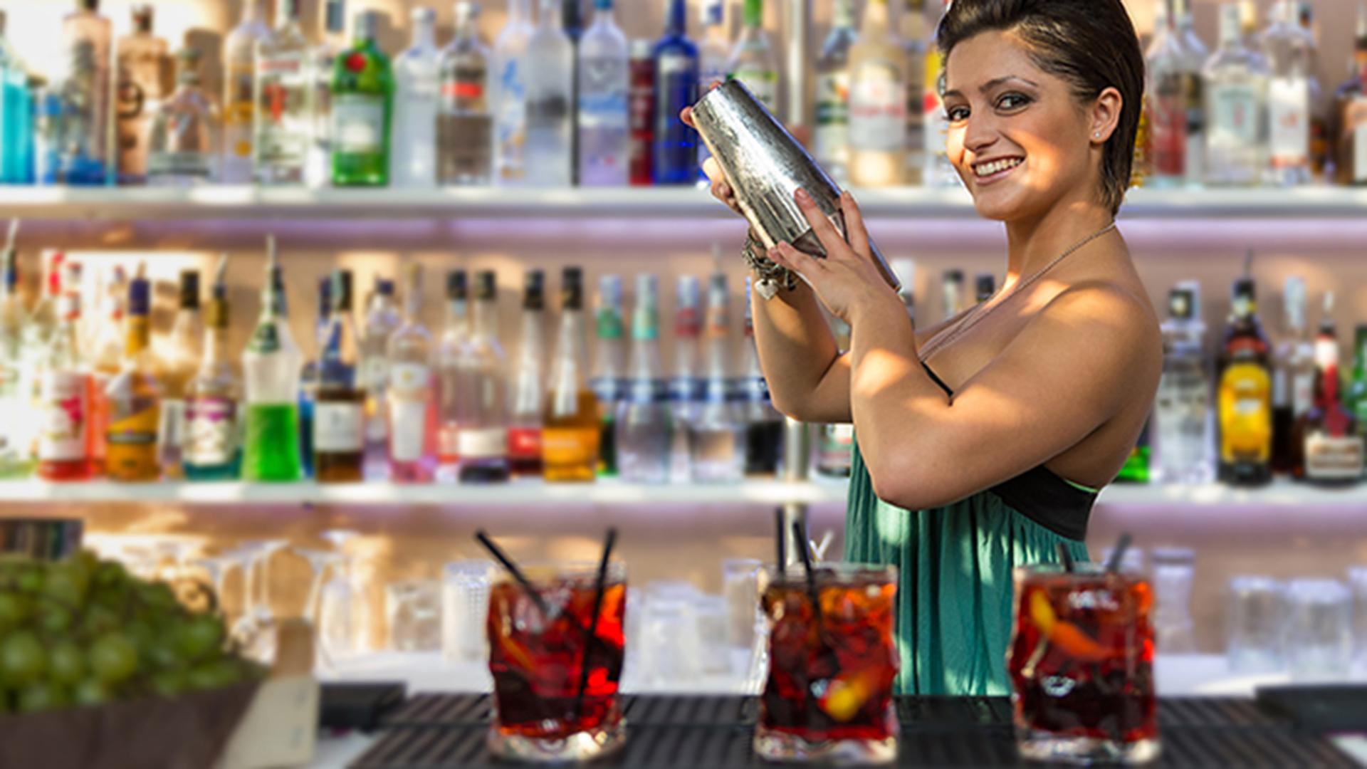 Las mujeres disfrutan de de las bebidas alcohólicas más fuertes, otrora exclusivas para hombres. (Shutterstock)