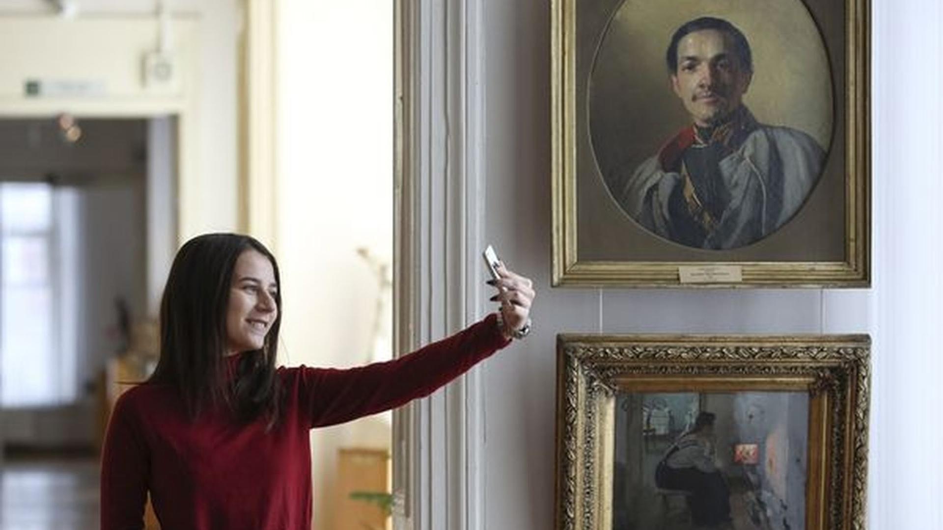Selfie en el Museo de Arte de Ryazan, en Rusia (Foto: Alexander Ryumin/Getty Images)