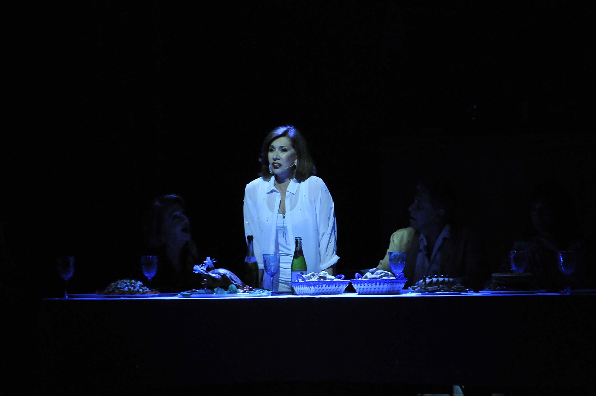 Nora Cárpena en el centro del escenario