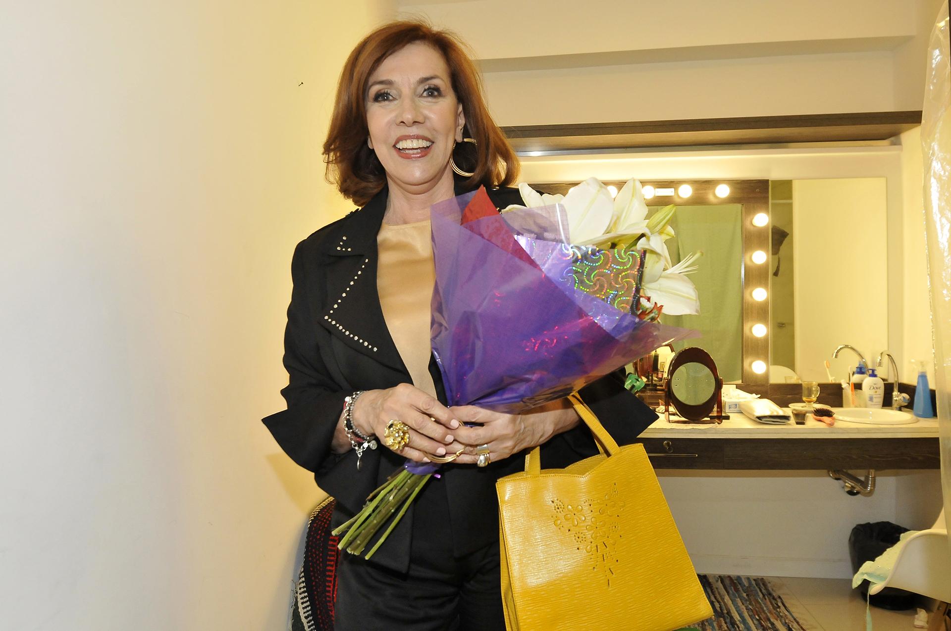 Nora Cárpena recibió flores tras el debut