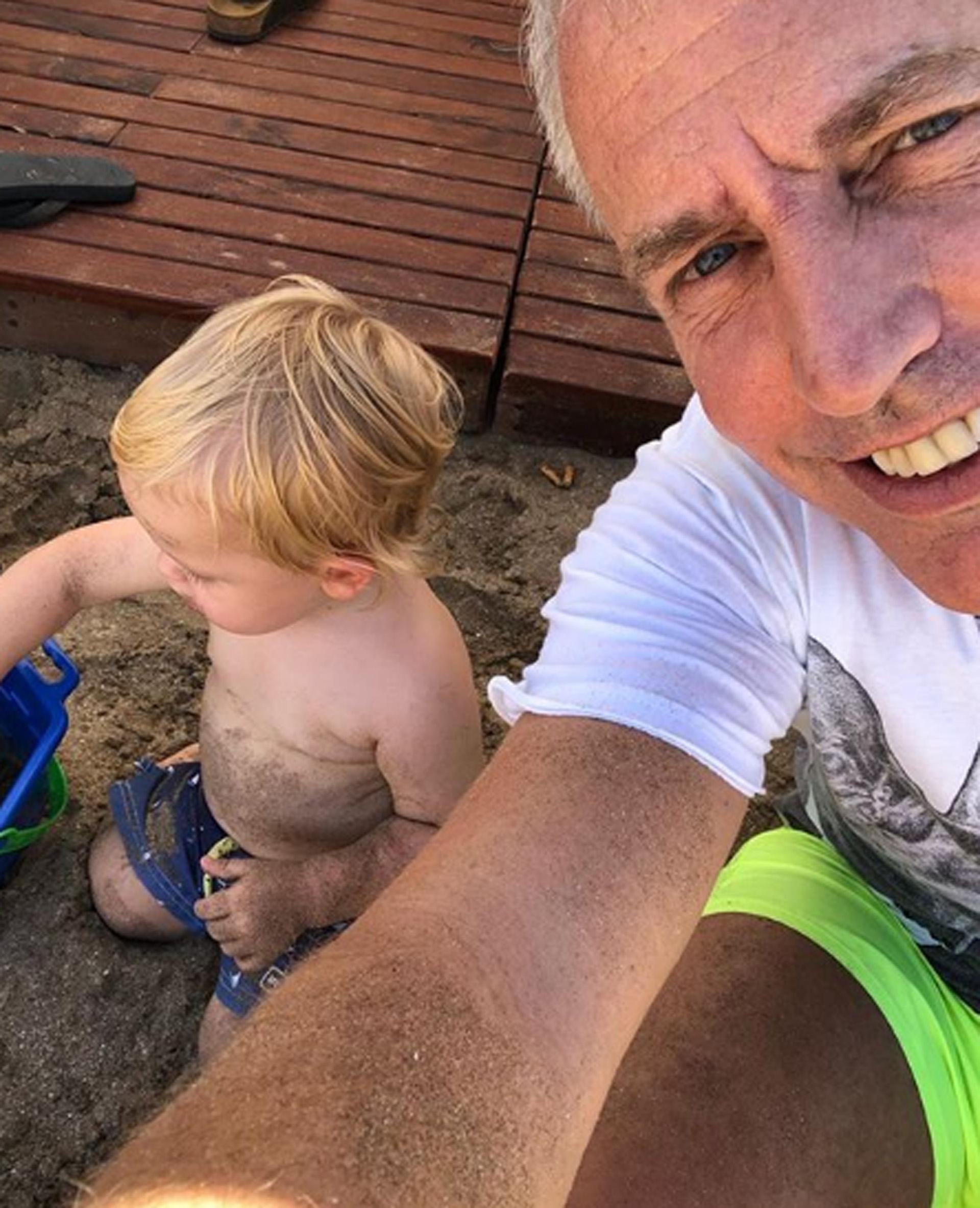 Papá e hijo hicieron castillos de arena