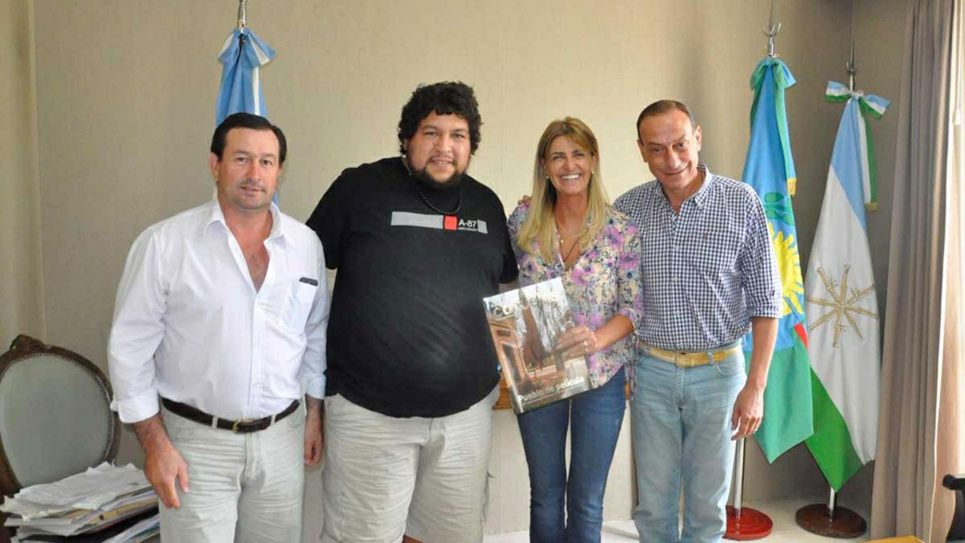Gustavo Arrieta Intendente de Cañuelas , Marisa Fassi Jefatura de gabinete de Cañuelas e integrantes de la Unión vecinal organizadores de corso