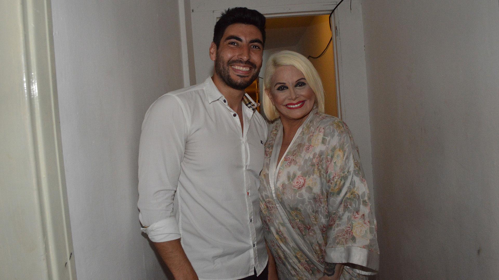 """Facundo Moyano fue a ver la revista """"Nuevamente juntos"""". Tras finalizar la función, saludó a Carmen Barbieri en camarines (Eduardo Aguada / Teleshow)"""