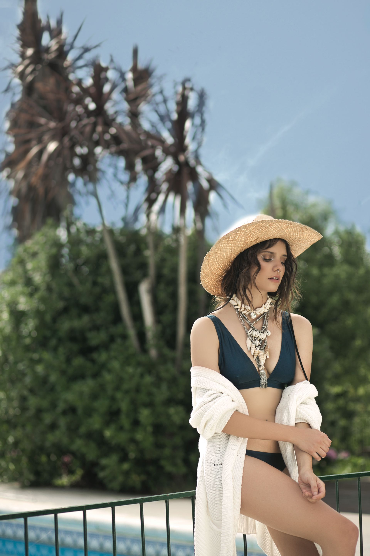 Bikini y vedetina de Lycra($ 1.790, Falabella), cárdigan tejido ($ 3.500, Vitamina) y sombrero de paja ($ 1.658, Made in Chola).