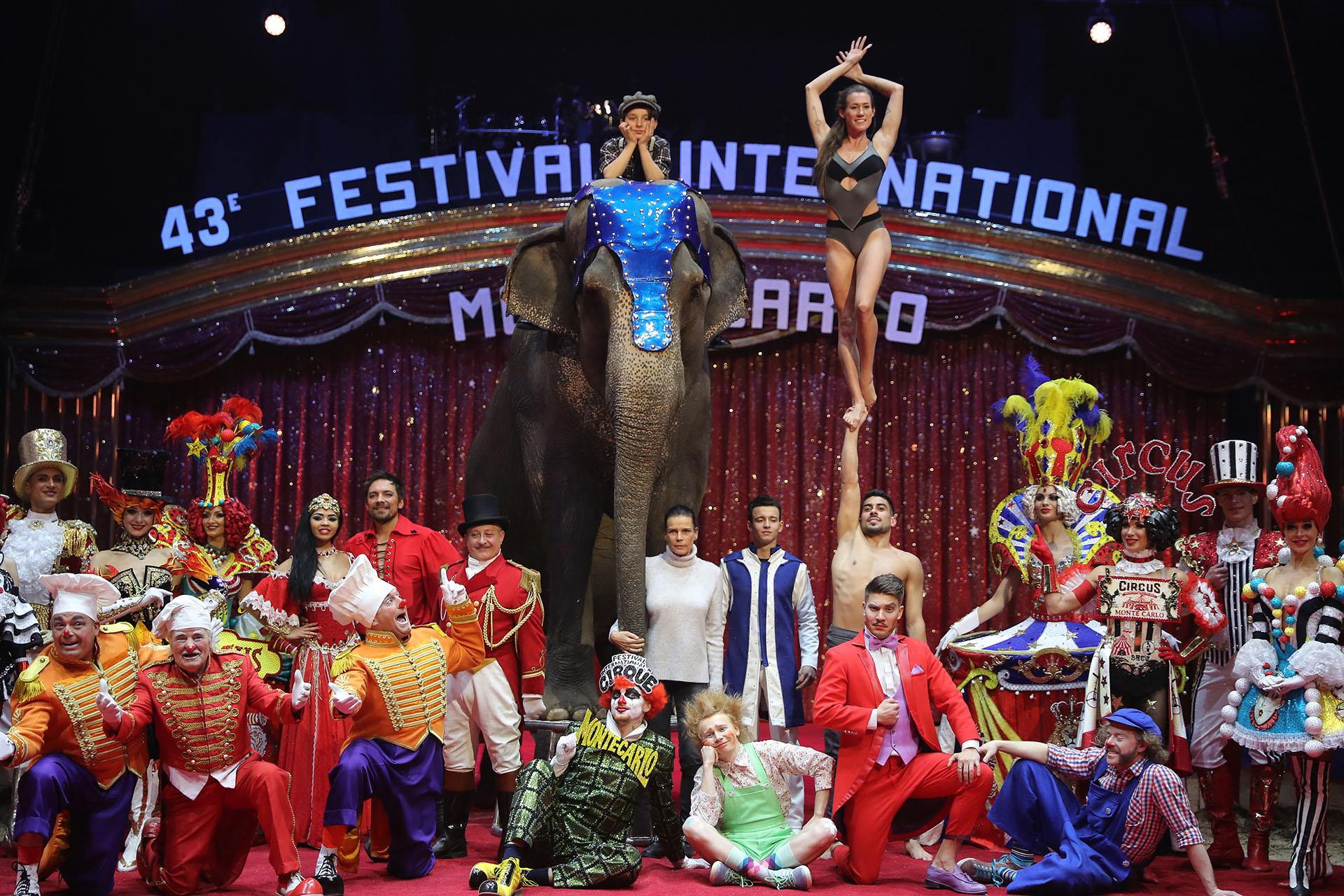 Estefanía de Mónaco posa con los artistas y un elefante en la apertura del la 43° edición del Festival Internacional de Circo de Monte Carlo