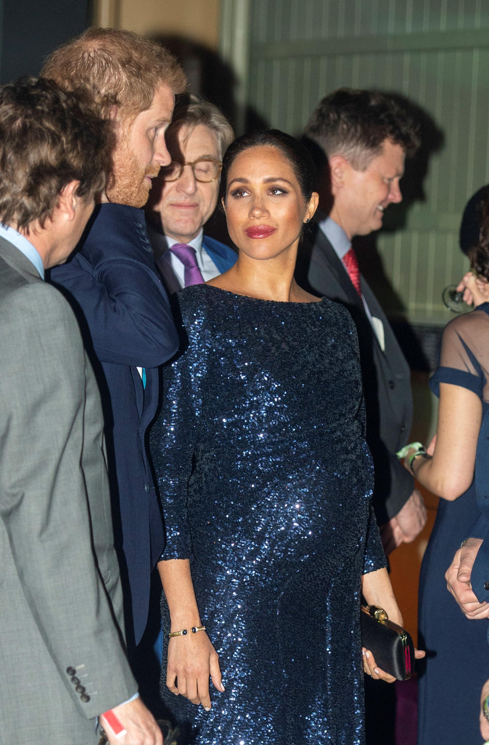 Meghan impactó con un vestido de gala de paillettes de color azul noche, un diseño de Roland Mouret