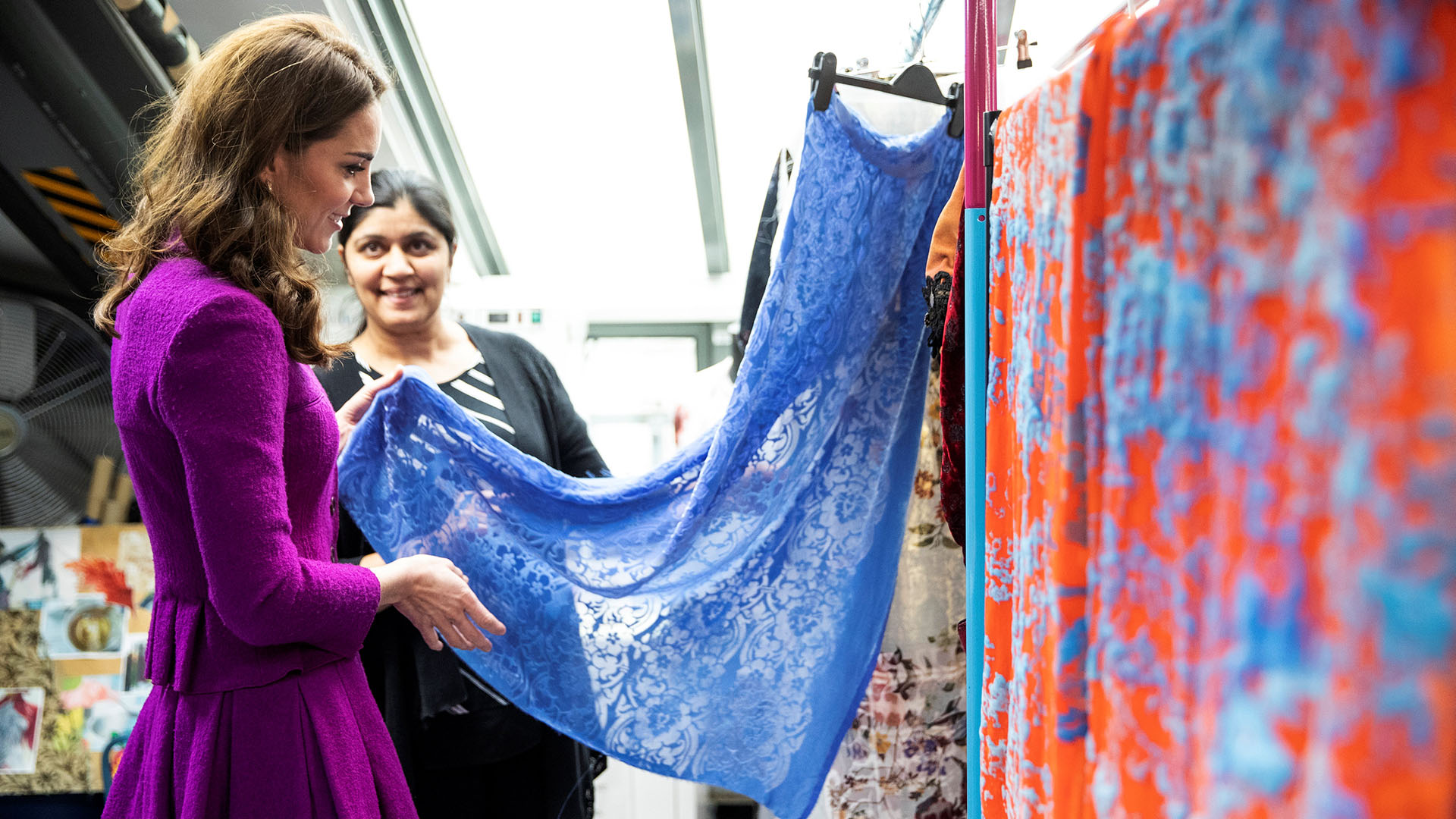 Catalina se mostró muy interesada en conocer los orígenes de cada una de las valiosas piezas textiles, que se guardan en la Opera Royal House