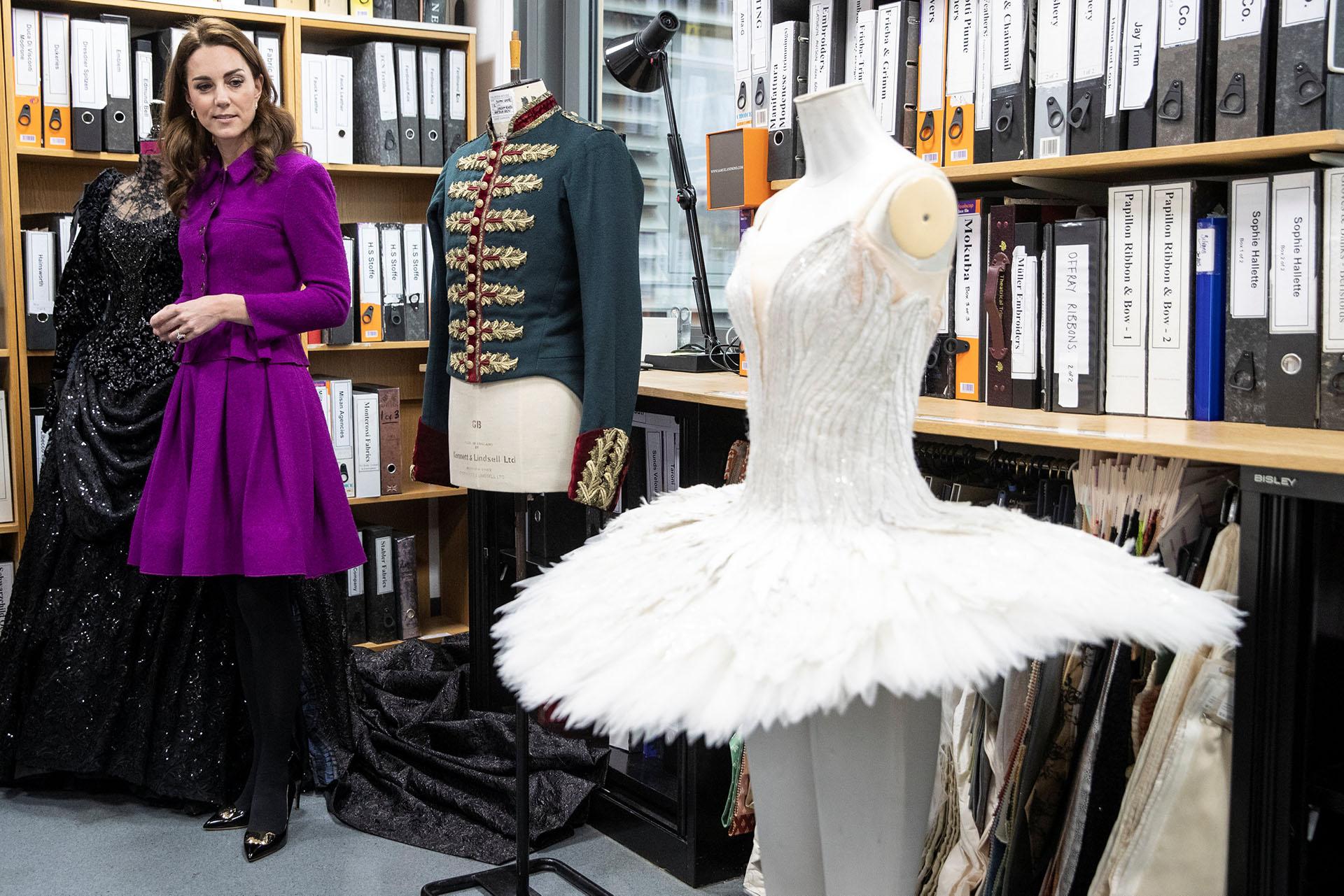 La duquesa de Cambridge hizo un recorrido privado y conoció en detalle la fabulosa colección de vestuarios de la Royal Opera House