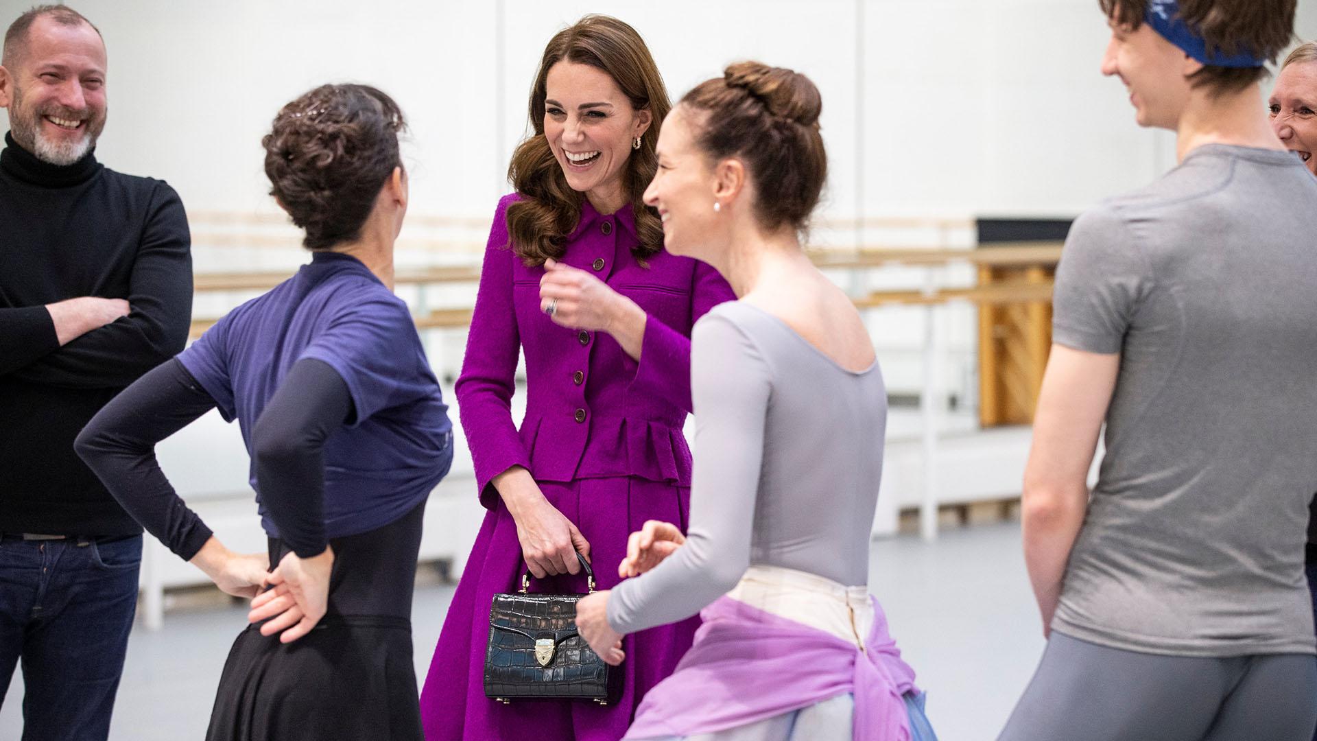 Catalina finalizó su visita con una entretenida conversación con las bailarinas principales del ballet /// Fotos: Reuters