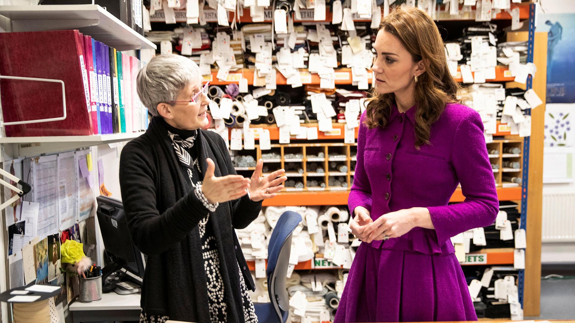 Desde hace décadas, Isabel II elige looks monocromáticos e, incluso el fucsia, es uno de sus colores favoritos
