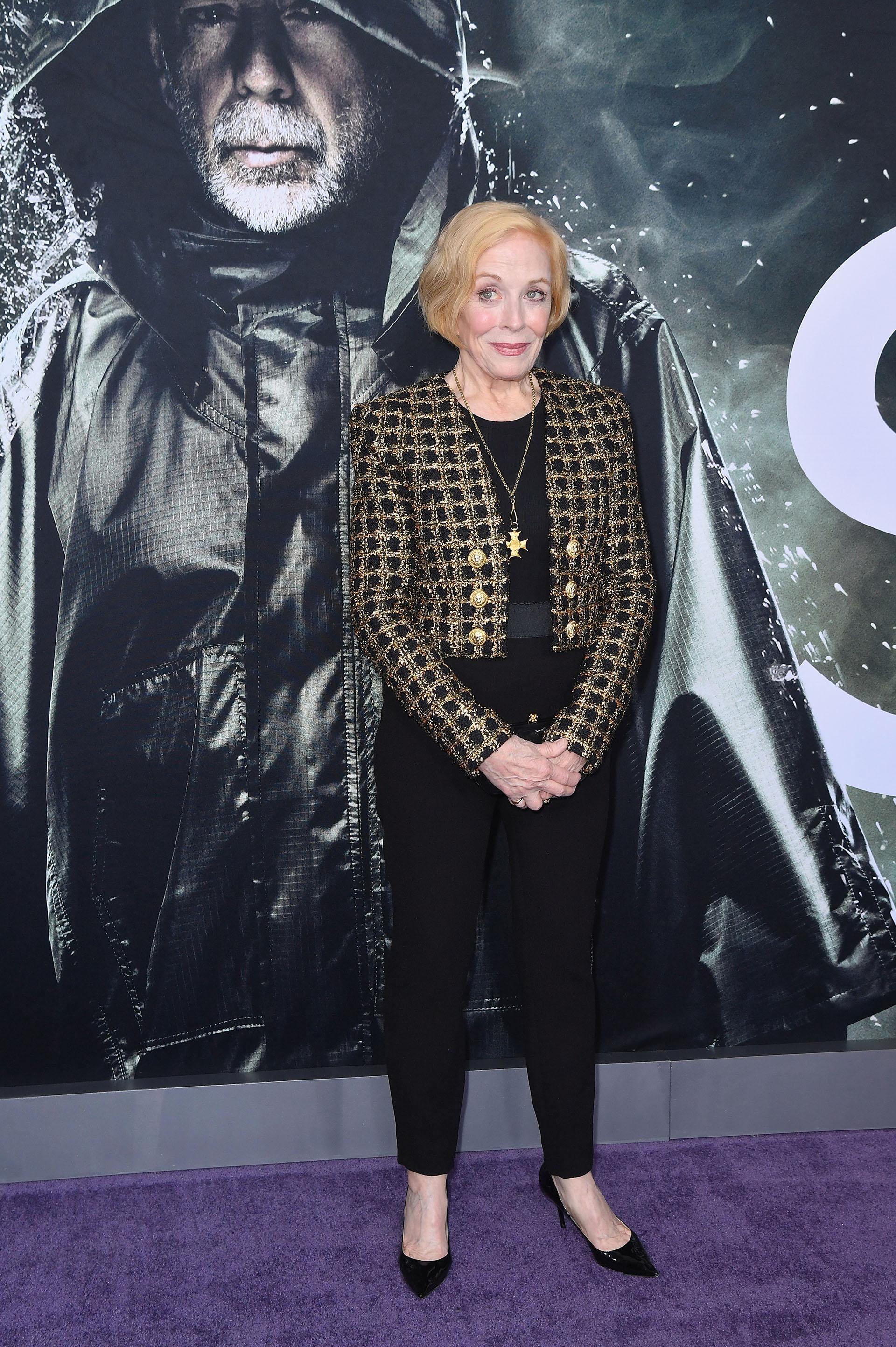 Holland Taylor y su look formal en negro y oro