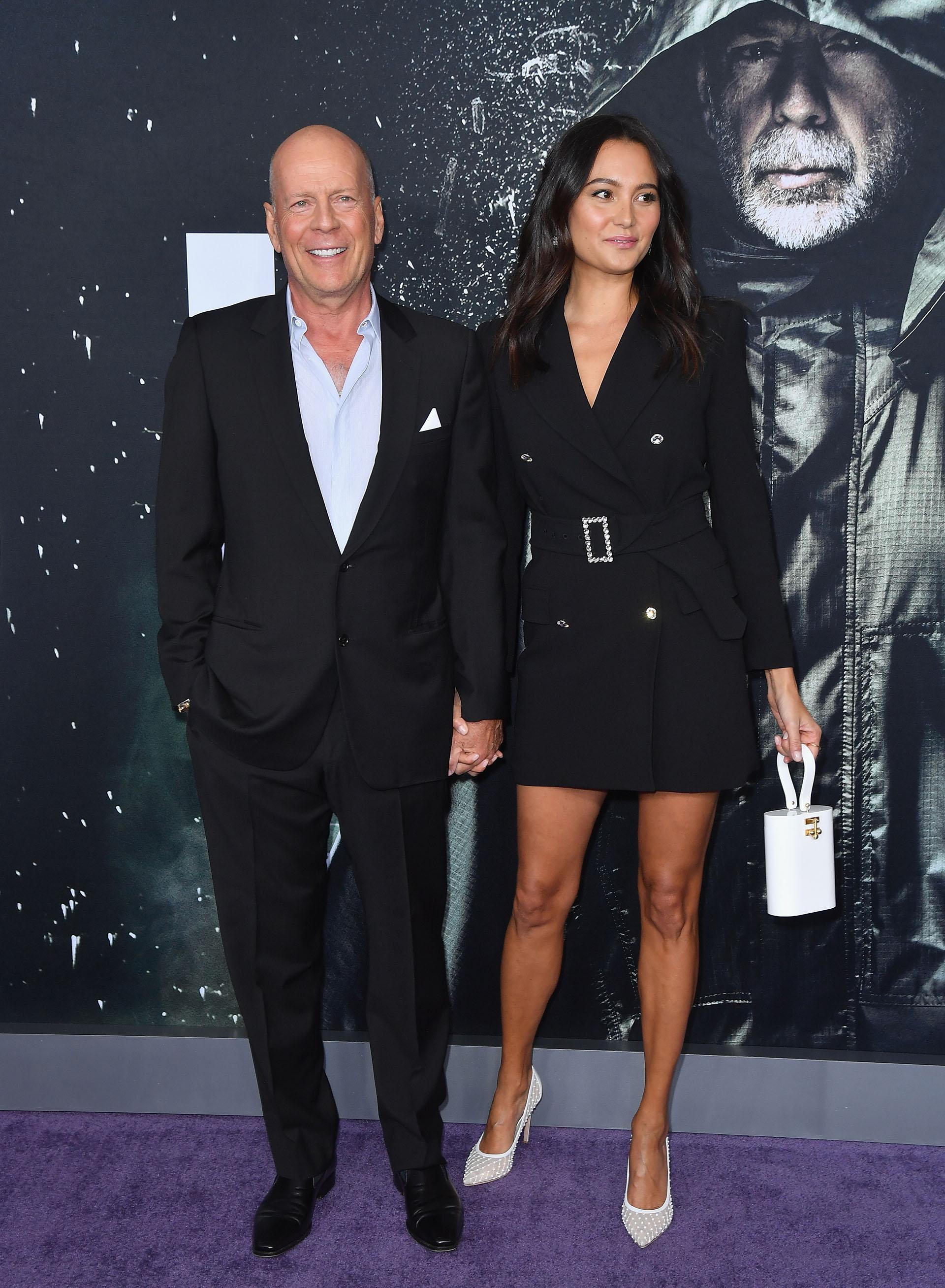 """Bruce Willis, de 63 años, junto a su mujer, la modelo inglesa Emma Heming, a su llegada a la premiere de """"Glass"""" en Nueva York. La modelo inglesa es la madre de sus dos hijas menores, Mabel y Evelyn, ya que el actor tiene tres herederas mayores, fruto de su matrimonio con Demi Moore"""