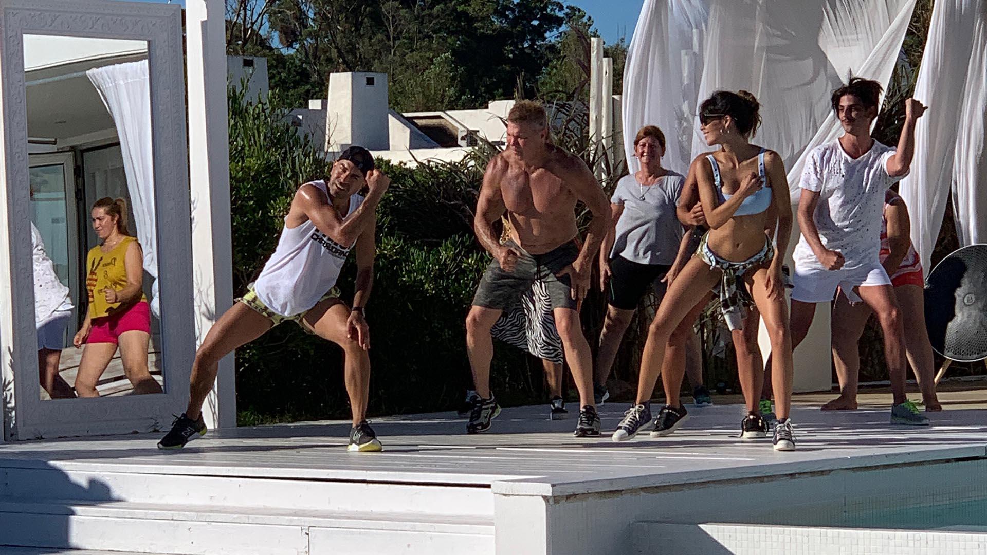 Incansable, Burlando también se animó a seguir el ritmo de Charly Dance en el jardín de su casa